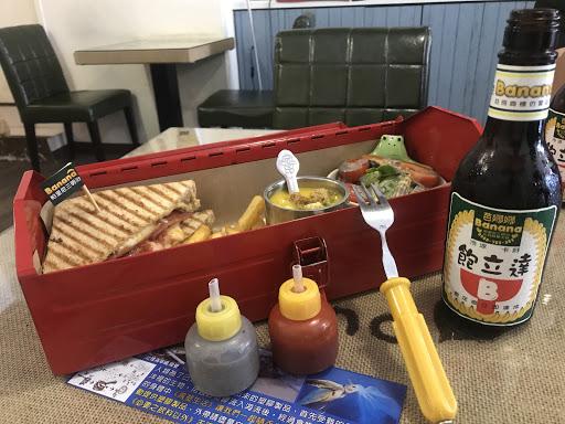 帕里尼三民治的水電工套餐。  身爲專業工具人,用工具箱用餐,也是很正常的事。  #明天的氣力