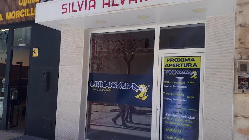 Nuevo negocio que anuncia su apertura en Reyes Católicos.