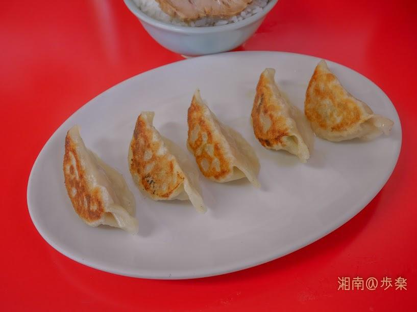 ラーメン海家 餃子@250 小ぶりの餃子 味は日本式だか焼き方は違うようだ・・・