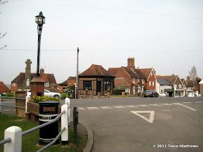 Photo: Biddendenin kylän keskusaukiota.