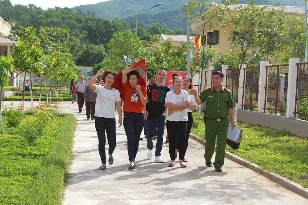 Thân nhân phạm nhân tham quan khuôn viên Trại giam số 3