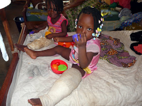Photo: les petites sont résignées et souriantes malgré leur gros plâtre