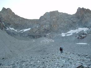 """Photo: Subiendo por la meseta """"plateau"""" con el Pico Coolidge y su antecima a nuestra izquierda. De derecha a izquierda, todo el largo cresterio que tendremos que recorrer desde el collado de la Temple."""