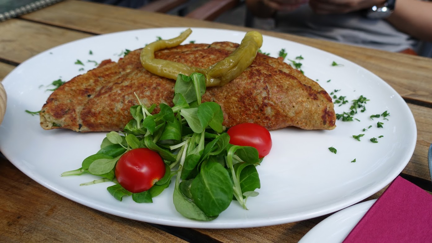 紅燒里肌肉配馬鈴薯煎餅,上面那兩條是醃漬辣椒,微微酸辣配鹹味的肉剛剛好。