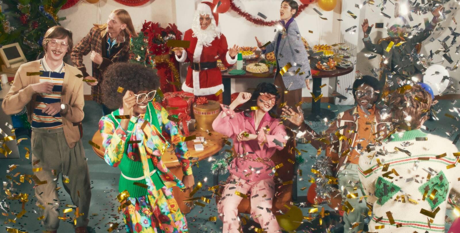 Nella pubblicità Gucci, modelli e modelle di Gucci festeggiano il Natale ballando tra lustrini dorati, trasformando il loro ufficio in una pista da ballo. Fonte: Marketing Ignorante