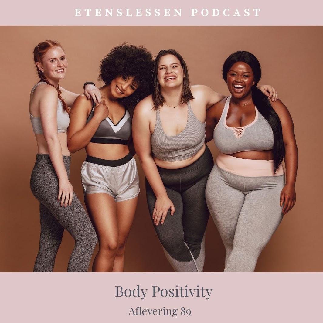 4 vrouwen van verschillende rassen en verschillende lichaamsbouw kijkend in de camera, lachend en zelververzekerd