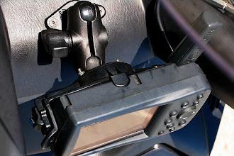 Photo: Einbau von Garmin 276 und der Baehr Gegensprechanlage Verso XL. Die Sicht auf die Amaturen ist gegeben, die Oberkante vom GPS liegt unter der Ganganzeige