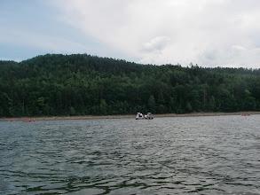 """Photo: policja pływa na pontonowych """"ścigaczach"""""""