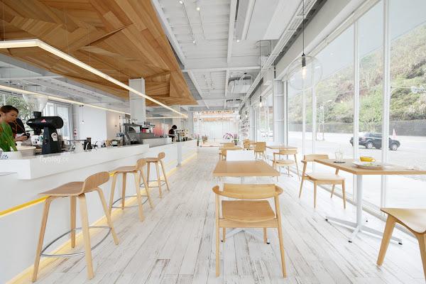 蠻荒咖啡 Desolate Coffee:日月潭新亮點!超美落地窗咖啡館,喝咖非也可以遠眺山巒美景