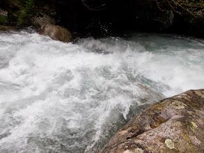 Photo: et se précipite sur les rochers en contre-bas