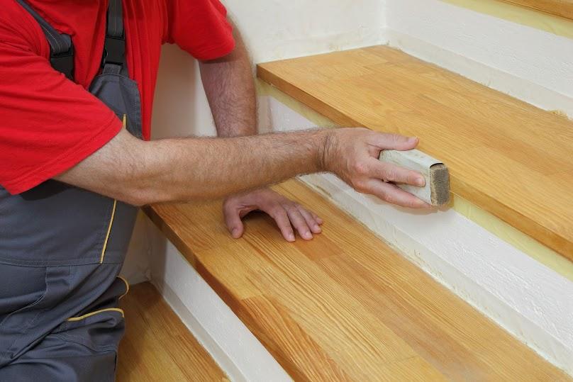 Szlifowanie drewnianych schodów