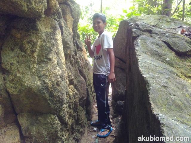 halangan lalu di celah batu sempit