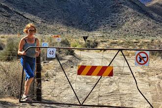 Photo: Ongewapend ben je op deze farm welkom maar maak wel de poort dicht.