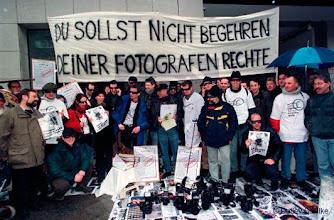 Photo: Fotografen demonstrieren vor dem Berliner Tagesspiegel fuer die Einhaltung Ihrer Urheberrechte, Potsdamer Str., Berlin, 1.3.99, 2506, © DETLEV SCHILKE / detschilke.de  -  A L L E   R E C H T E   F U E R   A L L E   M E D I E N   V O R B E H A L T E N  ! - A L L   R I G H T S   R E S E R V E D   F O R   A L L   M E D I A  ! - N O   M O D E L   R E L E A S E ! -   Please observe AGB terms at www.detschilke.de!