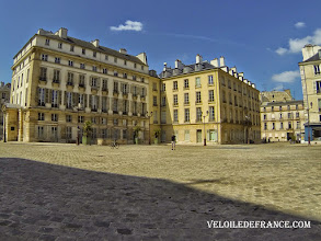 Photo: La place Saint-Louis à Versailles -e-guide balade à vélo dans Versailles et son parc par veloiledefrance.com