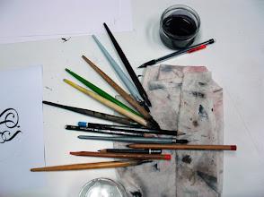Photo: Des crayons et des plumes