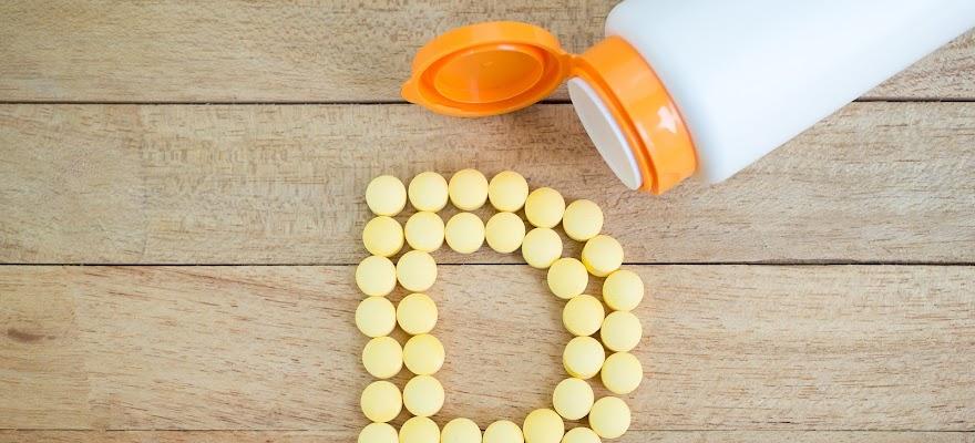 Tabletki witaminy d wysypane na stół