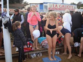 Photo: Changement de tenue pour aller se jeter à l'eau lors du 1er bain de la nouvelle année -- à la plage de La Galiote à Saint-Aygulf.