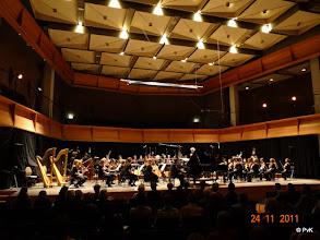 Photo: Het conservatoriumorkest met Stefan Petrovic achter de vleugel