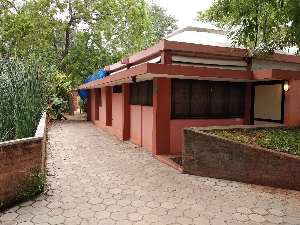 """Fasad single-based villa ini tidak ditutupi oleh apapun, dengan demikian seakan-akan fasad menjadi """"telanjang"""""""