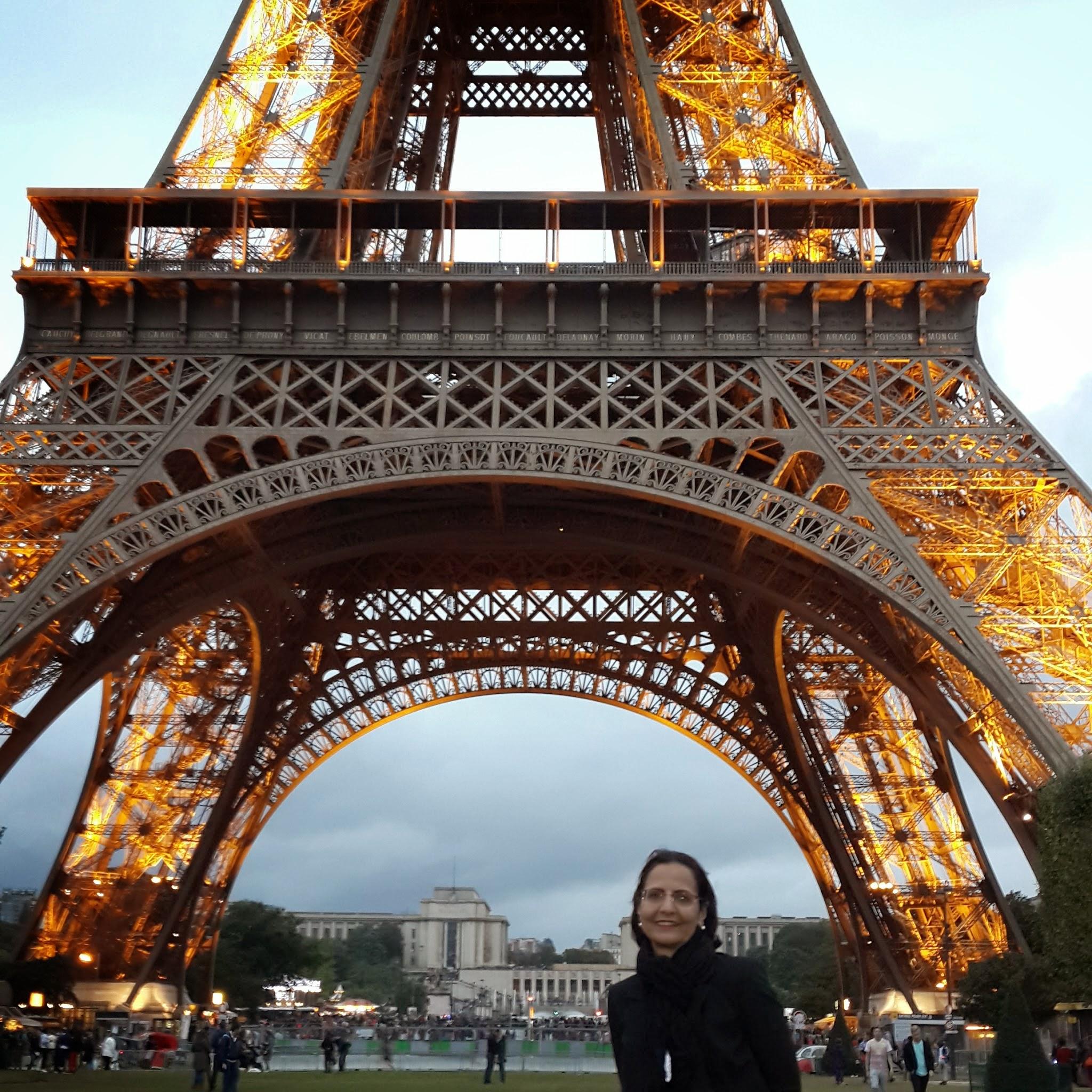Photo: Monica e Carol em Paris - www.izapelomundo.com.br