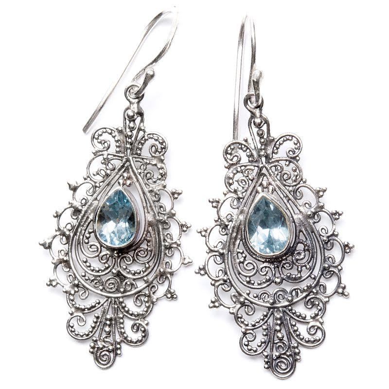Blå topas örhängen i filigranmönster