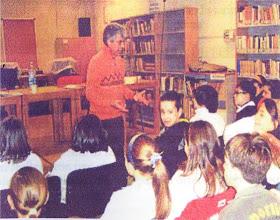 Photo: Alfredo Romano con i ragazzi nella Biblioteca Comunale di Civita Castellana mentre fa loro animazione.