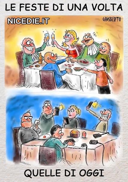 sopra una vecchia festa il brindisi tutti divertiti chiacchierano con il vicino sul tavolo ogni ben di Dio. sotto una festa di oggi, tutti tristi guardano il telefonino, sul tavolo i caricabatteria e una misera torta