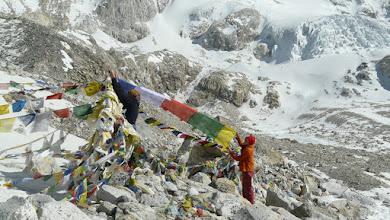 Photo: Wir hängen eine Gebetsfahne auf der Passhöhe auf