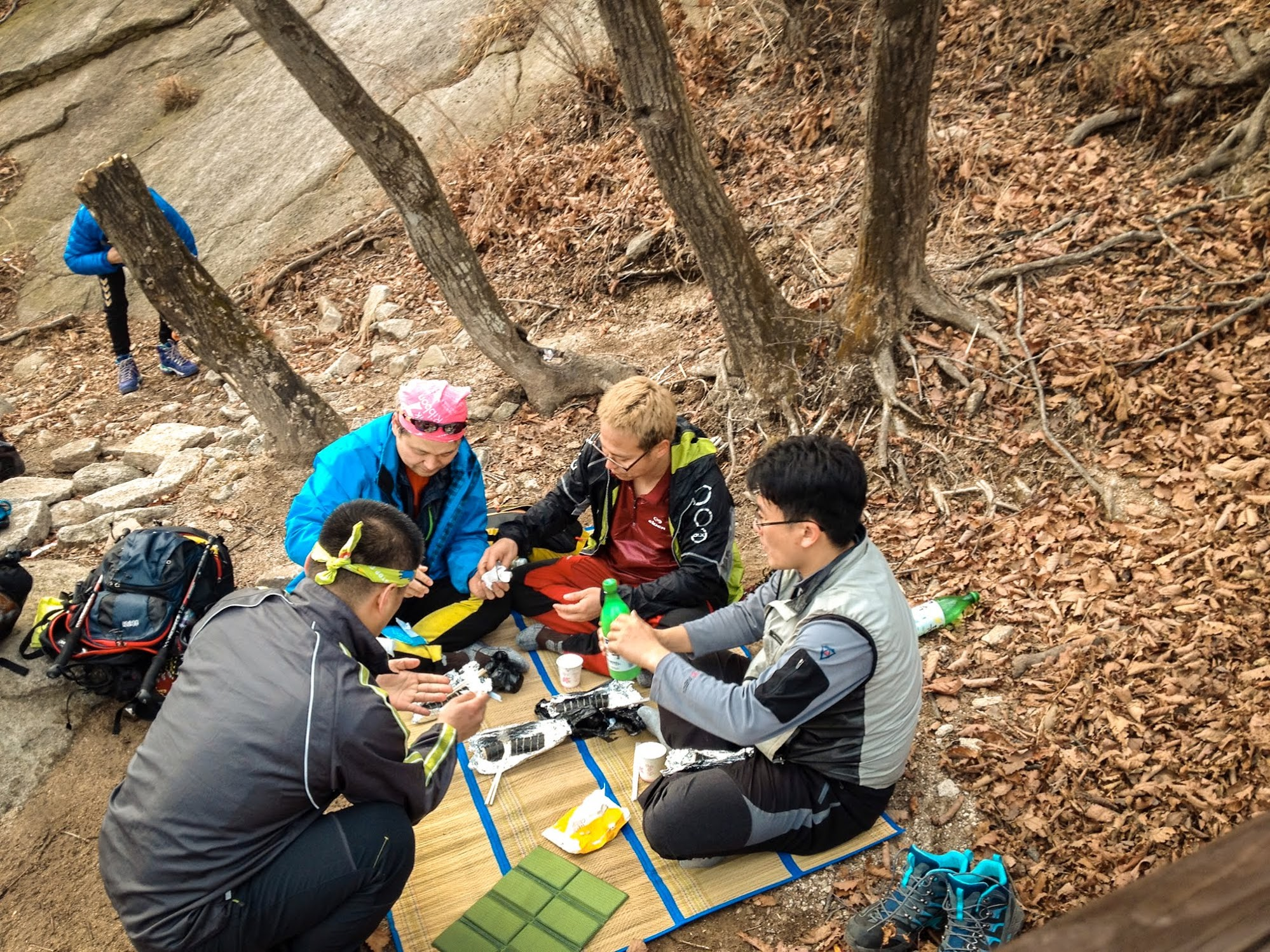 Hiking lunch on Bukhansan Mt, South Korean style, consists of sushi, hot tea, and more.
