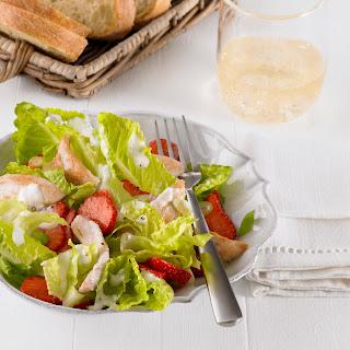 Salat mit Erdbeeren und Putenstreifen mit cremigem Parmesan-Dressing