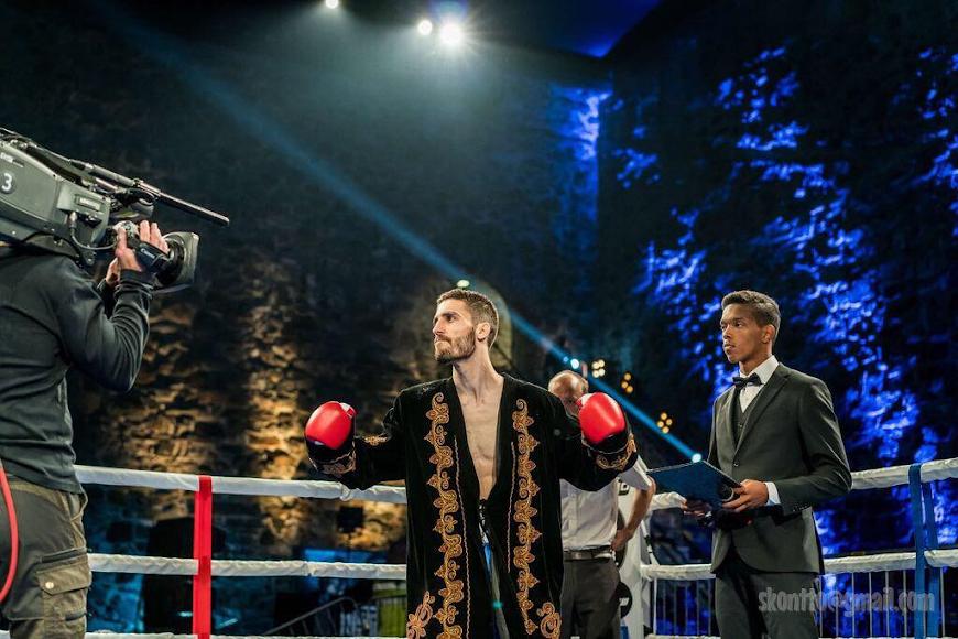 Rayito saltando al ring para un nuevo combate.