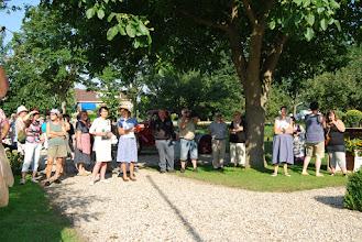 Photo: Publiek zingt mee met het historisch mannenkoor.