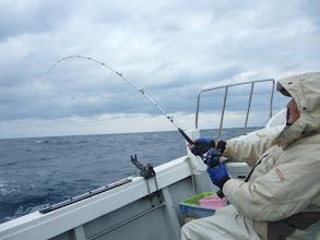 """Photo: あけまして おめでとうございます!  今年も目いっぱいガンバります! 初出航は、真鯛釣り! 初乗船の""""アダチさん""""ウキずっぽり!"""