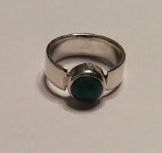 Photo: Marijke. zilveren ring met edelsteen