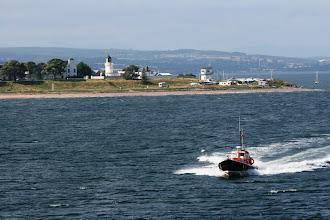 Photo: Luotsi saapuu laivaan Invergordonissa