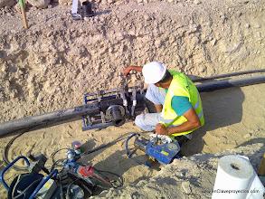 Photo: Fase de infraestructuras. Soldadura de canalizaciones de agua potable.