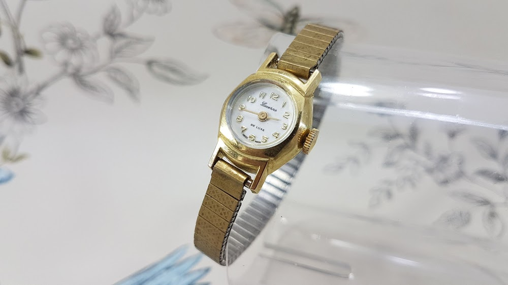 vintage-things-you-can-borrow-from-grandmas-closet__timeless_old_watch