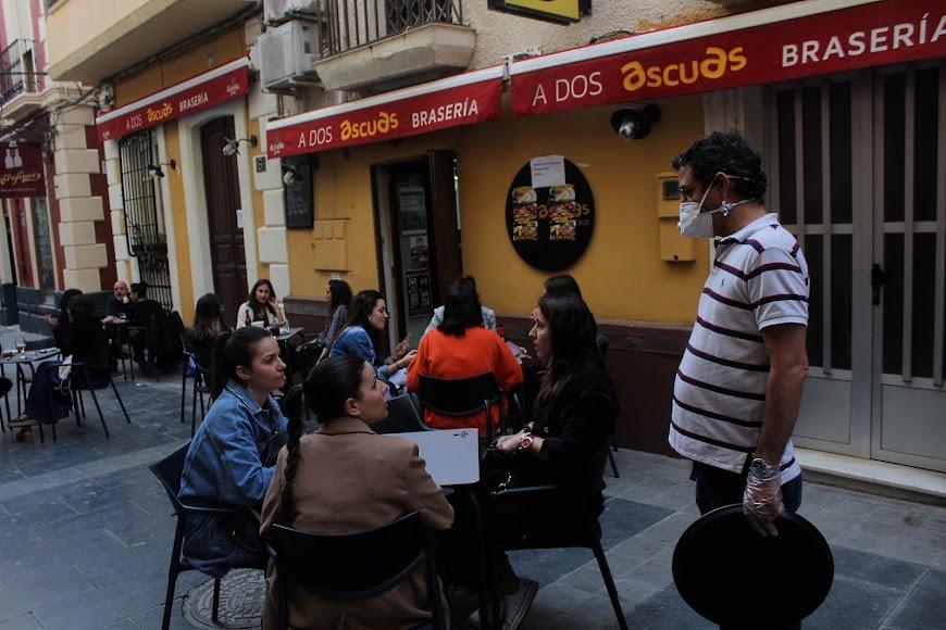 Disfrutando de los sabores de A Dos Ascuas, establecimiento ubicado en la calle Padre Alfonso Torres.