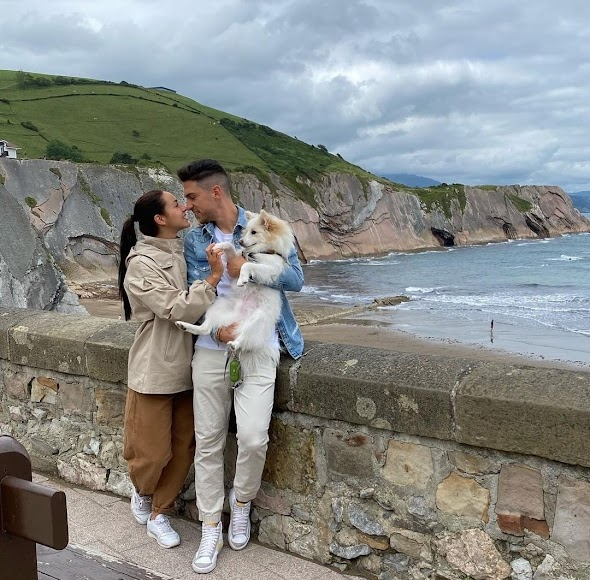 Juan Ibiza con su pareja.
