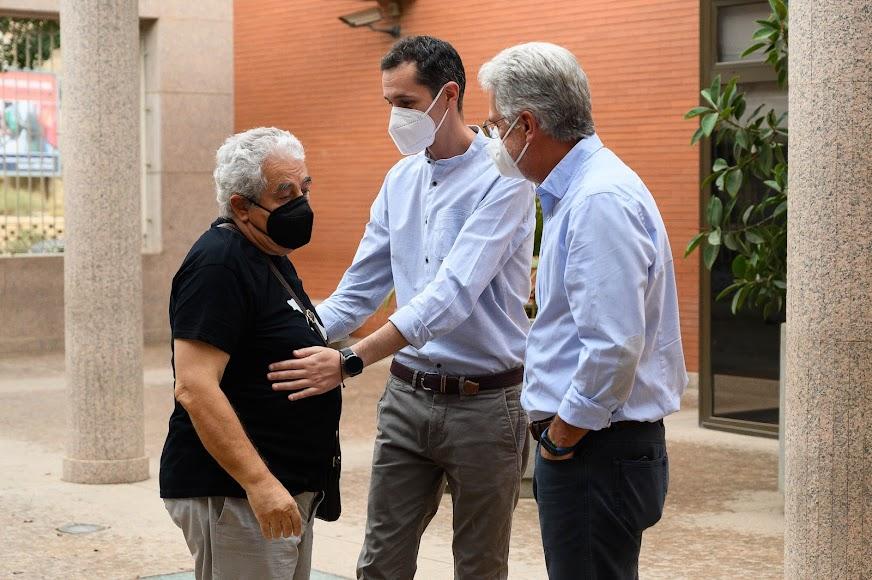 De Paz saluda a Manuel Carrión y su hijo Daniel.
