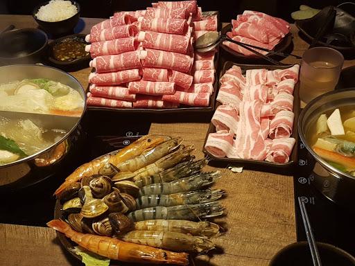 今日餐點:雙人套餐 大胃王$2200 海草蝦4、草蝦王4、天使紅蝦2、自然雪花牛50oz(附餐2份、菜盤1份、送蛤蜊) 兩個人吃菜盤可以續,但因為我們三人共鍋所以不行續(共鍋+100) 肉真的很多很夠