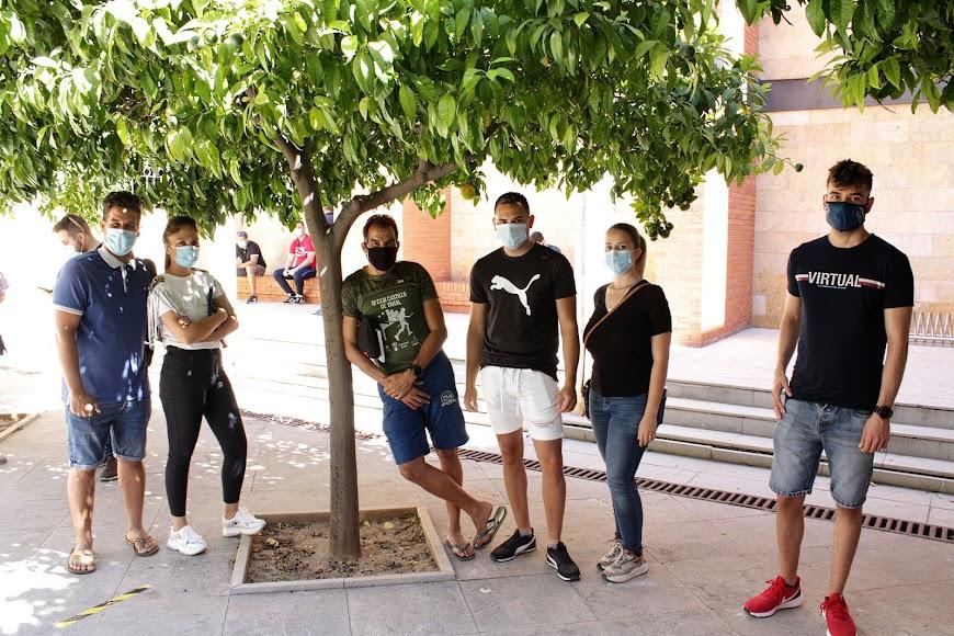 Pablo, Débora, Álex, Juan y Tania que desempeñarán su labor como auxiliares de playa en Roquetas de Mar y Javier, en la costa de El Ejido.