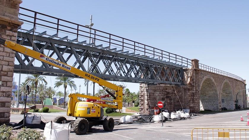 Realizada la 1ª de las dos fases de limpieza de la estructura metálica y protección de la zona del Cable Inglés de la glorieta de las Almadrabillas.