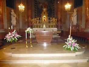 Photo: Prächtiger Blumenschmuck in der Kirche.