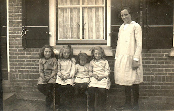 Photo: Adrie, Jannie, Jaantje, Miep en Cor.