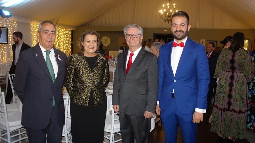 El presidente de la AECC y su esposa junto a Antonio Pérez y su hijo, Víctor.