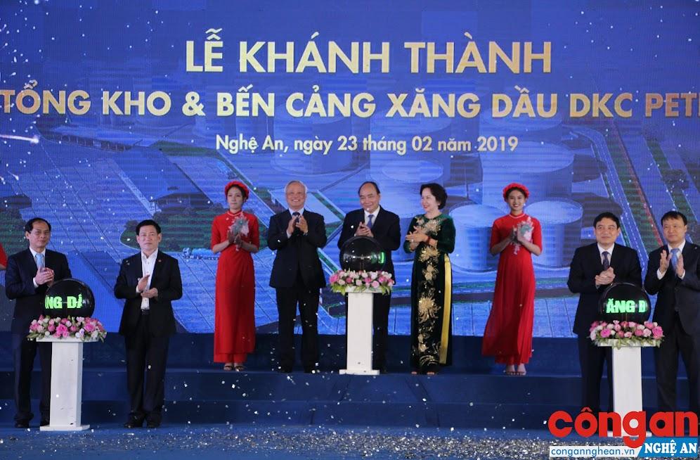 Thủ tướng Nguyễn Xuân Phúc dự lễ khánh thành Tổng kho và Bến cảng Xăng dầu DKC Petro tại xã Nghi Thiết, huyện Nghi Lộc