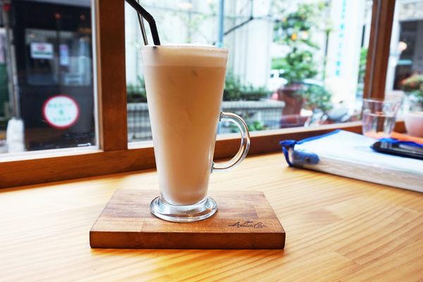 Aussie Cafe 澳氏咖啡。咖啡廳內座位竟然是床!澳洲背包客共同的美好回憶。