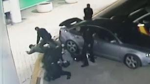 Agentes de Policía Nacional detienen a los delincuentes.